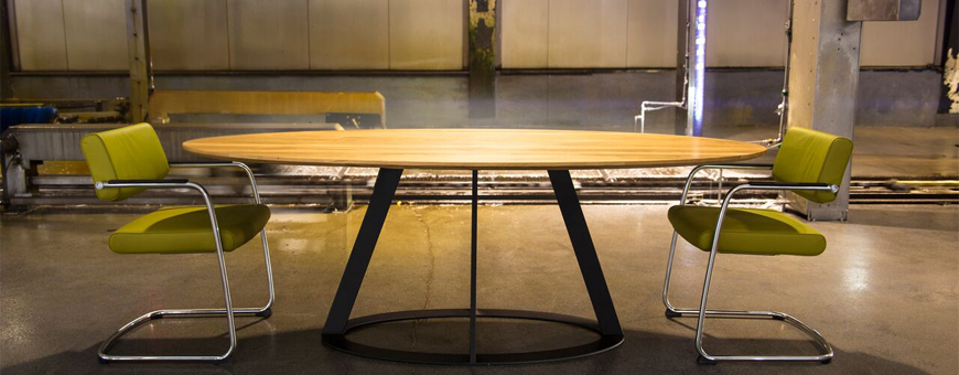 Tafel en stoelen van woonmerk Harvink